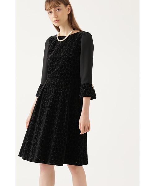 e6b37780cdefb ベロアの刺繍がクラシックで上品な印象のドレス。 カフスと身頃とスカートに、ベロア生地に刺繍を施した生地を使用、袖は無地のアムンゼンを使用しています。