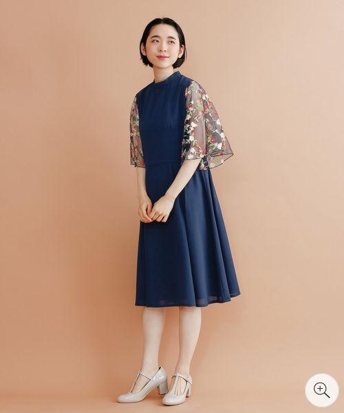 57b9bfcef2a20 メッシュに花刺繍が施されたシースルーフレア袖がポイントのワンピースバンドカラーにウエスト切り替えから広がる裾が大人っぽく、足長効果も。
